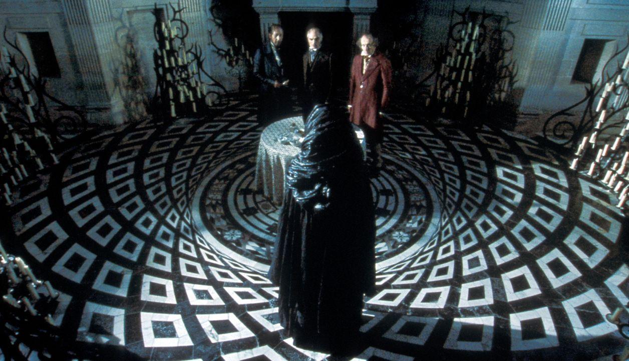 Belmont (Jean-Pol Dubois), Veraldi (André Penvern) und Lafitte (Gilles Arbona) gehen auf einen Deal mit dem Alchemisten (Darsteller unbekannt, vorn... - Bildquelle: Studio Canal