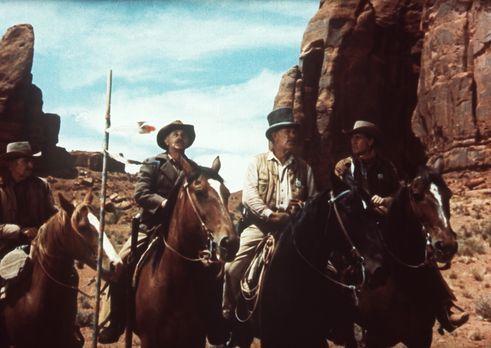 Der schwarze Falke - Widerwillig ordnet sich Ethan (John Wayne, r.) Captain S...
