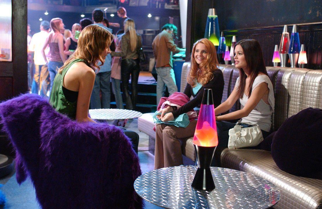 Ryan möchte, dass Lindsay (Shannon Lucio, M.) und Marissa (Mischa Barton, l.) sich besser kennen lernen und Freundinnen werden. Also machen Summer... - Bildquelle: Warner Bros. Television
