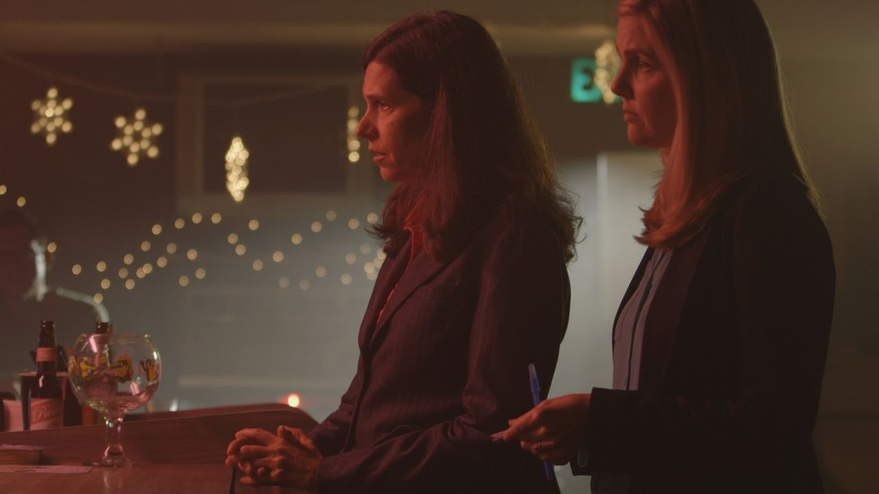 Auf der Suche nach dem Mörder befragen die Ermittlerinnen Michele Michaels und Molly Daul einen Kellner in der Bar, in der das Opfer Jamie Larson zu... - Bildquelle: LMNO Cable Group