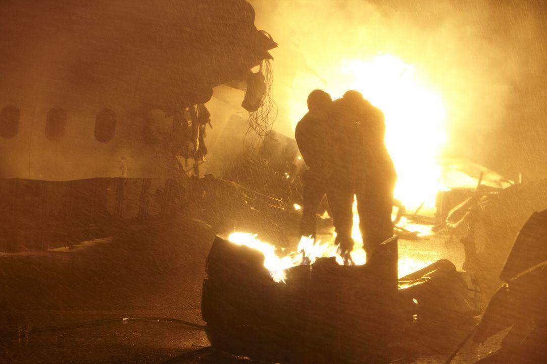 Feuerhölle: Zwei Überlebende versuchen, sich nach dem Absturz der Singapur Airlines-Maschine am 31. Oktober 2000 vor den Flammen in Sicherheit zu br... - Bildquelle: Ian Watson Cineflix 2012