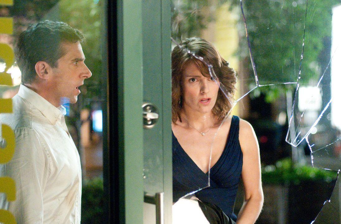 Claire (Tina Fey, r.) und Phil Foster (Steve Carell, l.) werden zu Gangstern für eine Nacht ... - Bildquelle: TM and   2010 Twentieth Century Fox Film Corporation.  All rights reserved.  Not for sale or duplication.
