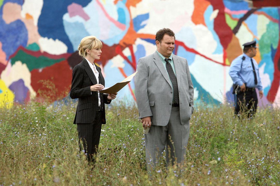 Nehmen einen ungelösten Fall wieder auf: Nick Vera (Jeremy Ratchford, M.) und Lilly Rush (Kathryn Morris, l.) ... - Bildquelle: Warner Bros. Television