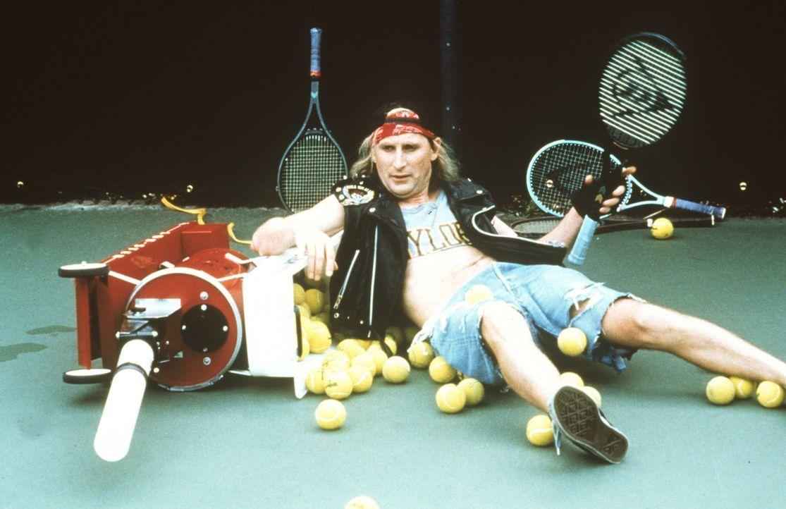 Tennis ist ganz offensichtlich nicht die geeignete Sportart für Otto (Otto Waalkes) ... - Bildquelle: Rialto Film