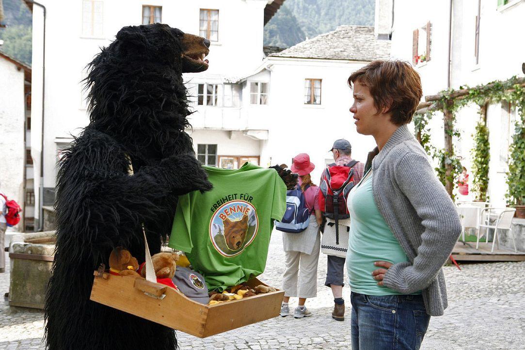 Bennie der Bär ist mittlerweile ein Star im kleinen Örtchen Valbensa. Paula (Muriel Baumeister, r.) ist erst erschrocken, als plötzlich ein Bär vor... - Bildquelle: Mara Truog Sat.1