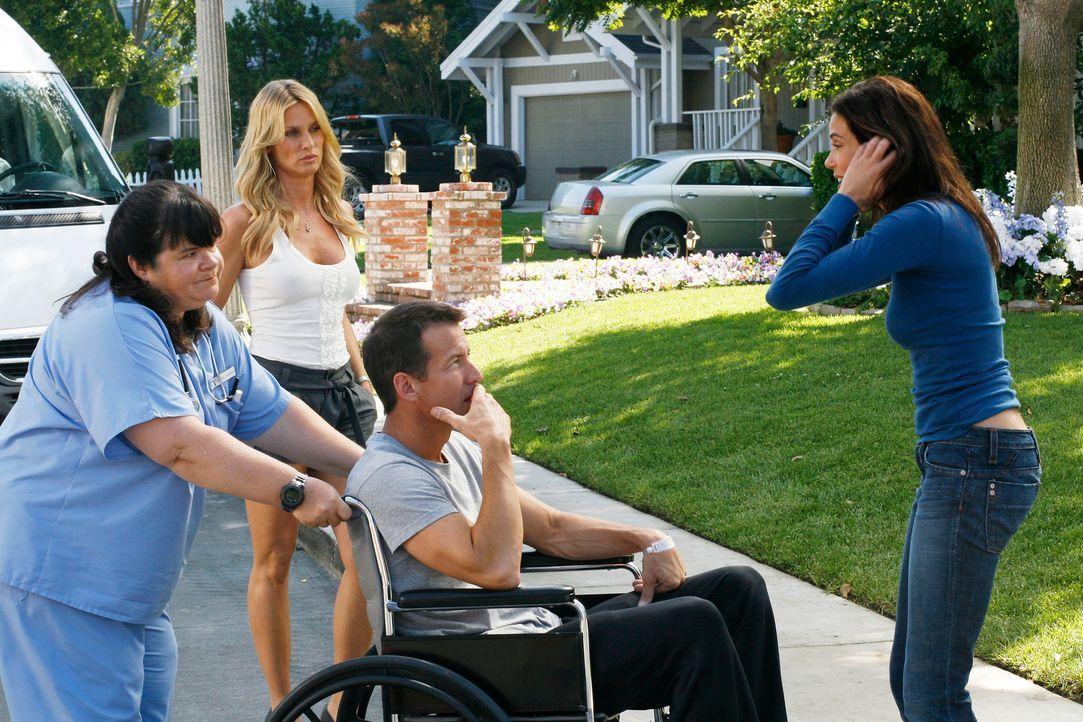 Susan (Teri Hatcher, r.) entführt Mike (James Denton, 2.v.r.) aus dem Krankenhaus, um ihn Punkte ihrer gemeinsamen Vergangenheit zu zeigen. Doch sie... - Bildquelle: 2005 Touchstone Television  All Rights Reserved