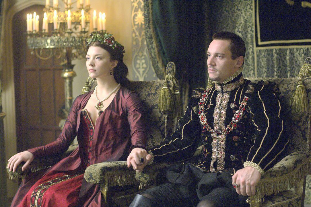 Charles Brandon gibt dem König (Jonathan Rhys Meyers, r.) zu bedenken, dass das Gerücht von Annes (Natalie Dormer, l.) Liebesbeziehung mit Thomas Wy... - Bildquelle: 2008 TM Productions Limited and PA Tudors II Inc. All Rights Reserved.