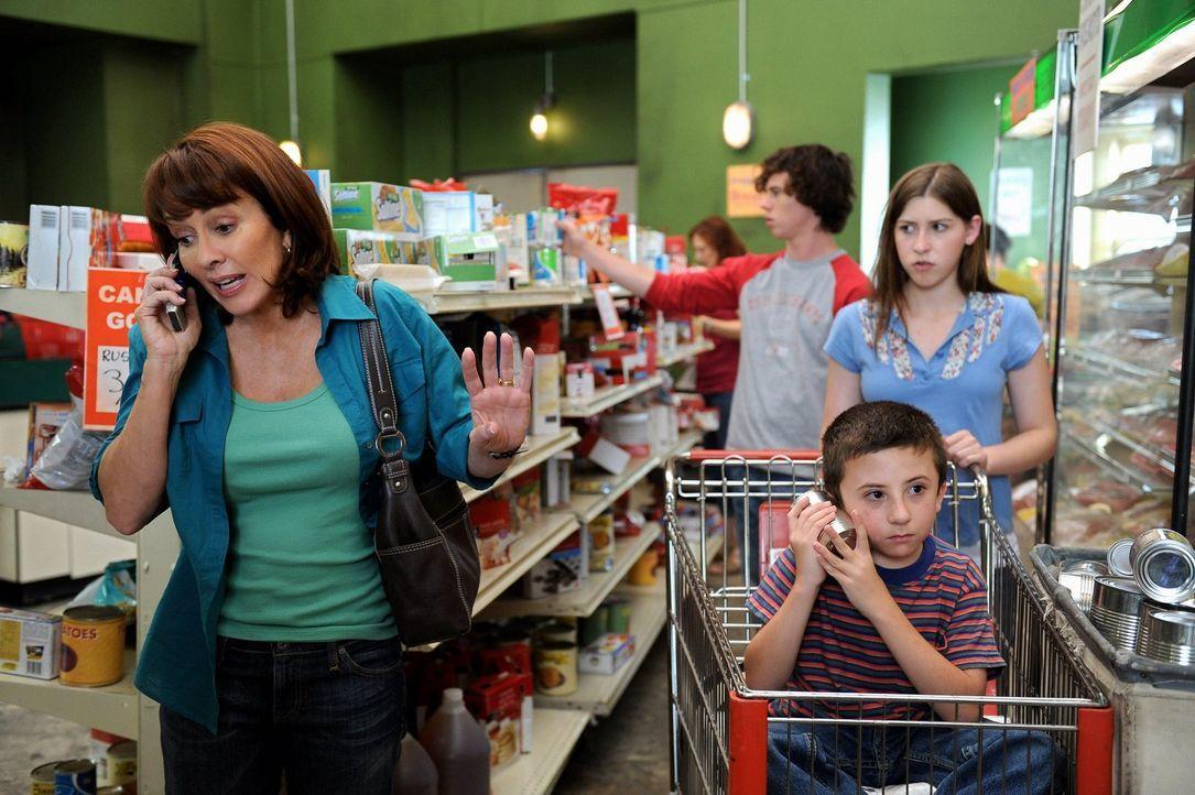 Eine fast ganz normale Familie: Sue (Eden Sher, r.), Axl (Charlie McDermott, 3.v.r.), Brick (Atticus Shaffer, 2.v.r.) und Frankie Heck (Patricia Hea... - Bildquelle: Warner Brothers