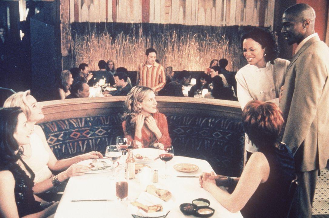 (v.l.n.r.) In einem Restaurant machen Charlotte (Kristin Davis), Samantha (Kim Cattrall), Carrie (Sarah Jessica Parker) und Miranda (Cynthia Nixon)... - Bildquelle: Paramount Pictures