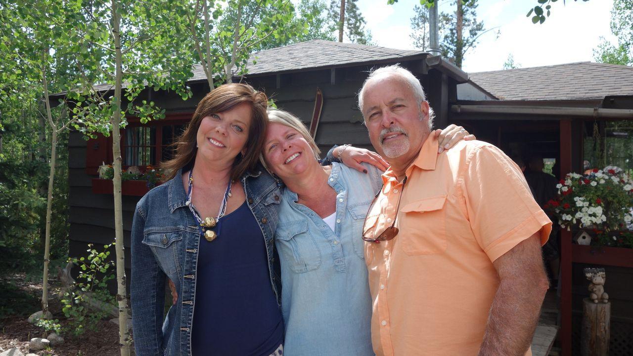 Auf der Suche: Immobilienmaklerin Adriane Hauck (l.) probiert für Lisa (2.v.l.) und Bob (r.) ein passendes Haus am Grand Lake, Colorado, zu finden.... - Bildquelle: 2015,HGTV/Scripps Networks, LLC. All Rights Reserved