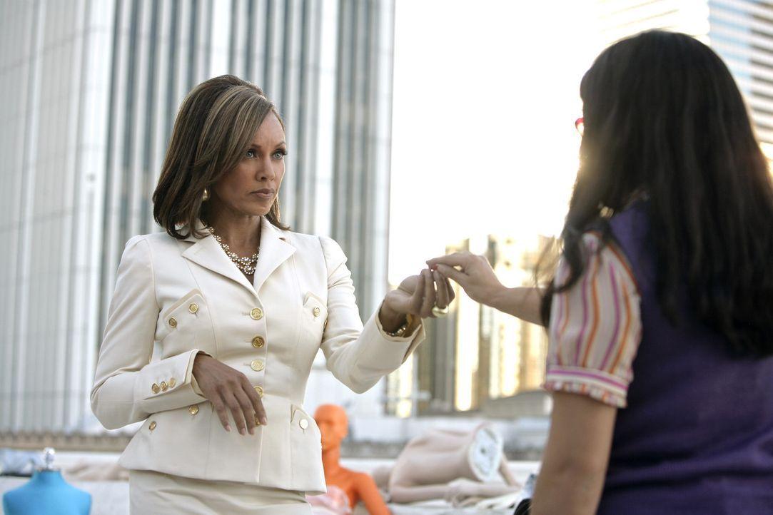 Betty (America Ferrera, r.) lässt sich auf einen Deal mit Wilhelmina (Vanessa Williams, l.) ein ... - Bildquelle: Buena Vista International Television