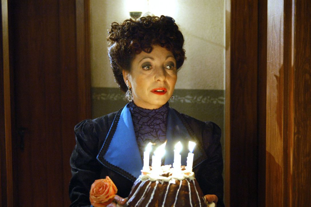 Greta Clavue (Manon Straché) versucht, den betrübten Carl aufzumuntern ... - Bildquelle: Aki Pfeiffer Sat.1