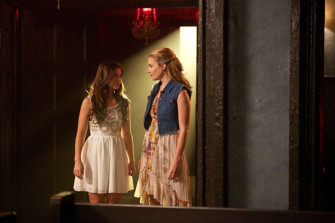 Ausgerechnet Camille (Leah Pipes, r.) soll auf die mächtige Hexe Davina (Danielle Campbell, l.) aufpassen ... - Bildquelle: Warner Bros. Television
