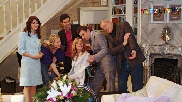 Schwach, aber zuversichtlich kehrt Laura (Olivia Pascal, 3.v.r.) heim. Friedr...