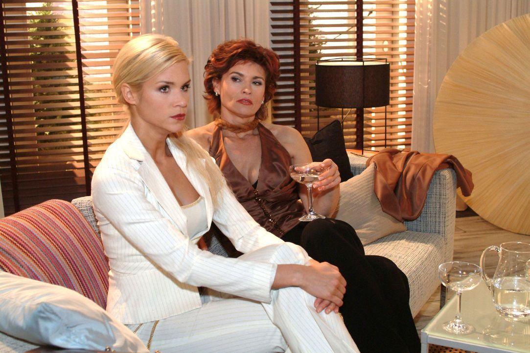 Sabrina (Nina-Friederike Gnädig, l.) fordert von Sophie (Gabrielle Scharnitzky, r.) ihr zu zeigen, wie man eine vollkommene Dame wird. Doch Sophie... - Bildquelle: Monika Schürle Sat.1