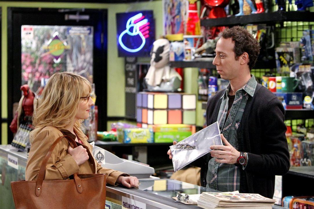 Während Amy einen Verehrer hat, braucht Bernadette (Melissa Rauch, l.) Stuarts (Kevin Sussman, r.) Hilfe, um eines von Howards Comicbüchern zu erset... - Bildquelle: Warner Brothers