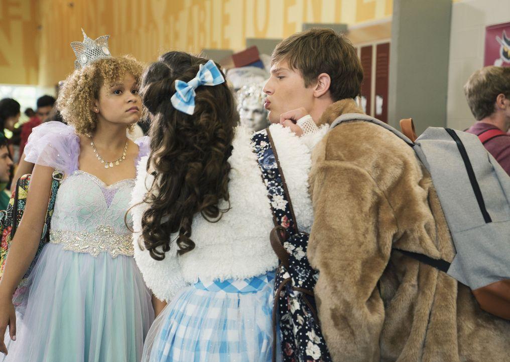 Cleo (Rowan Blanchard, M.) steckt ziemlich in der Bredouille, als der Freund ihrer Schwester Coug (Austin Fryberger, r.) sie küssen möchte. Er und N... - Bildquelle: 2015 Disney Enterprises, Inc. All rights reserved.