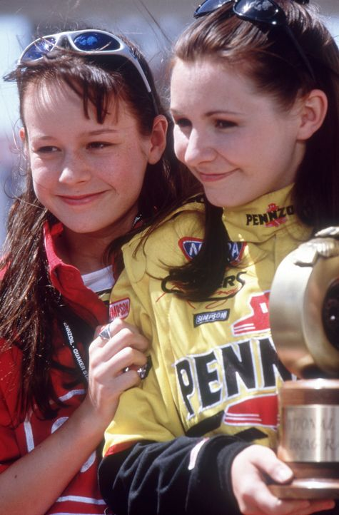 Die männlichen Mitbewerber um die Junior National Championship der Drag Racer sind überzeugt, dass sie Erika (Beverly Mitchell, r.) und ihre Schwe... - Bildquelle: Disney Channel
