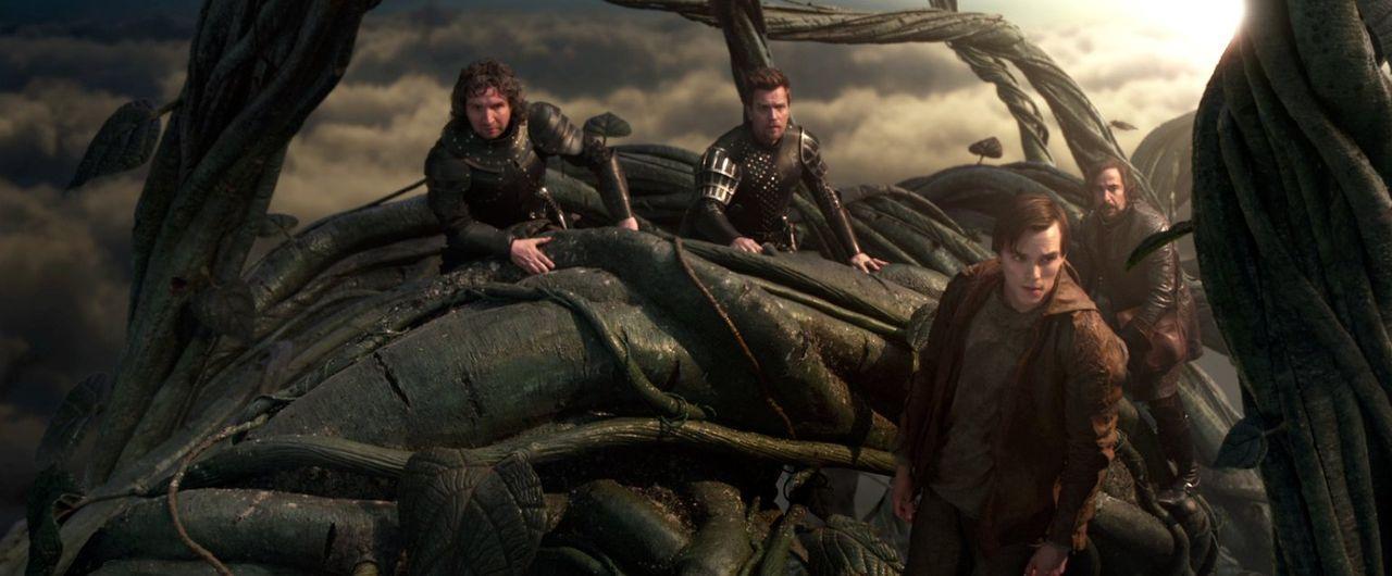 Jack (Nicholas Hoult, 2.v.r.), Crawe (Eddie Marsan, l.), Elmont (Ewan McGregor, 2.v.l.) und Roderick (Stanley Tucci, r.) sind die Ranke hinauf ins R... - Bildquelle: Warner Brothers
