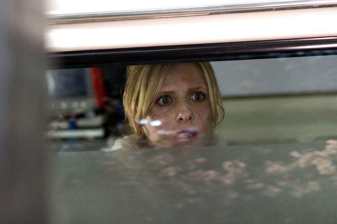 Fluchartig verlässt die Krankenschwester Karen (Sarah Michelle Gellar) das Haus der alten Dame. Was hat es dort nur mit diesen unheimlichen Erschein... - Bildquelle: Constantin Film