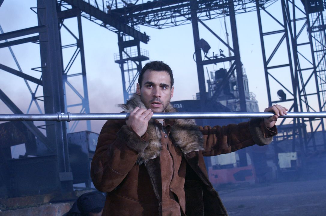 Der Highlander Duncan MacLeod (Adrian Paul) kämpft mit allen Mitteln gegen die Wächter aus der Urzeit um die Quelle der Unsterblichkeit ausfindig... - Bildquelle: Lions Gate Films