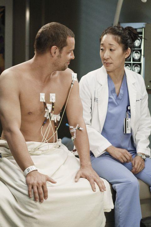 Während Alex (Justin Chambers, l.) erkennt, dass er nun der Außenseiter der Gruppe ist, nachdem er Meredith verraten hat, trifft Cristina (Sandra... - Bildquelle: ABC Studios