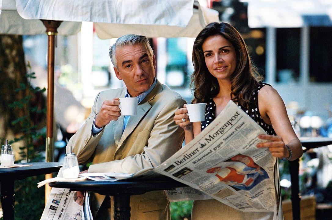 Tägliches Ritual: Felix (Christoph M. Ohrt, l.) und Sandra (Rebecca Immanuel, r.) treffen sich auf einen Cappuccino. - Bildquelle: Hardy Spitz Sat.1