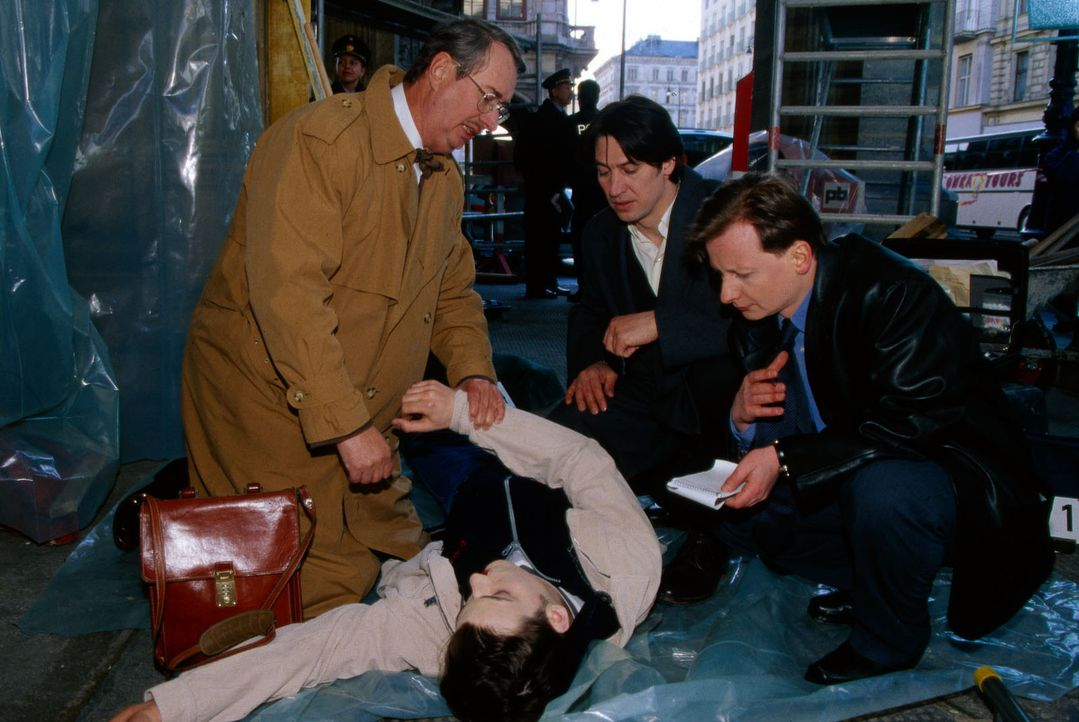 Dr. Leo Graf (Gerhard Zemann, l.), Kommissar Moser (Tobias Moretti, M.) und Böck (Heinz Weixelbraun, r.) untersuchen die Leiche von Stefan Dorner (T... - Bildquelle: Ali Schafler Sat.1