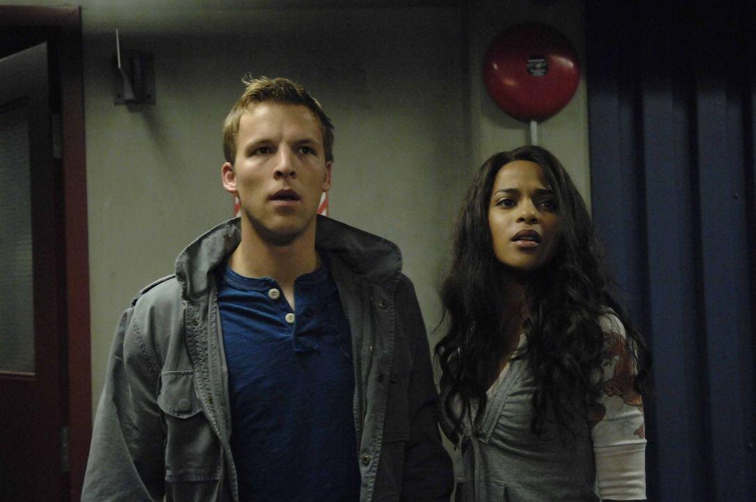 Auf der Suche nach einem Weg aus dem NTAC Gebäude stoßen Kyle (Chad Faust, l.) und Isabelle (Megalyn Echikunwoke, r.) immer wieder vor ungewöhnliche... - Bildquelle: Viacom Productions Inc.
