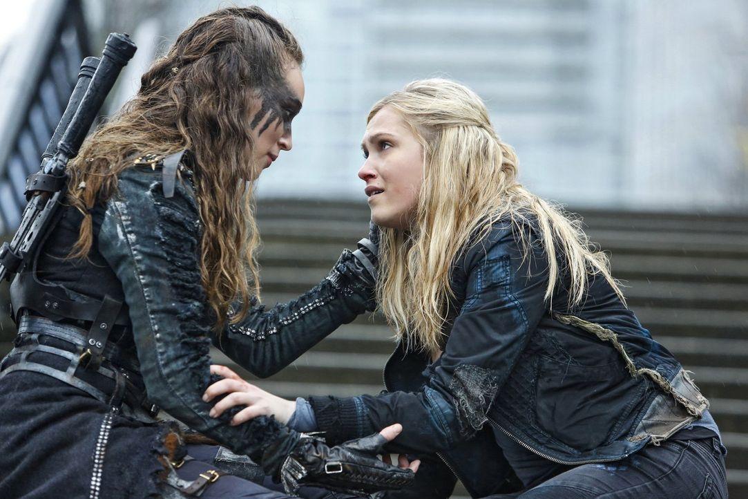 Während Lexa (Alycia Debnam-Crey, l.) und Clarke (Eliza Taylor, r.) in der Stadt des Lichts einen Weg zu Alies Killcode suchen, versucht Raven, das... - Bildquelle: 2014 Warner Brothers