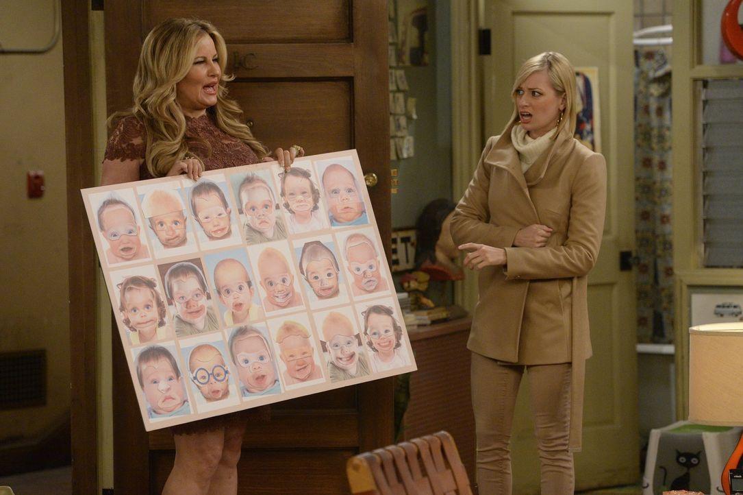 Dass Sophie (Jennifer Coolidge, l.) ihr Baby richtig designen will, findet Caroline (Beth Behrs, r.) mehr als schräg ... - Bildquelle: 2015 Warner Brothers