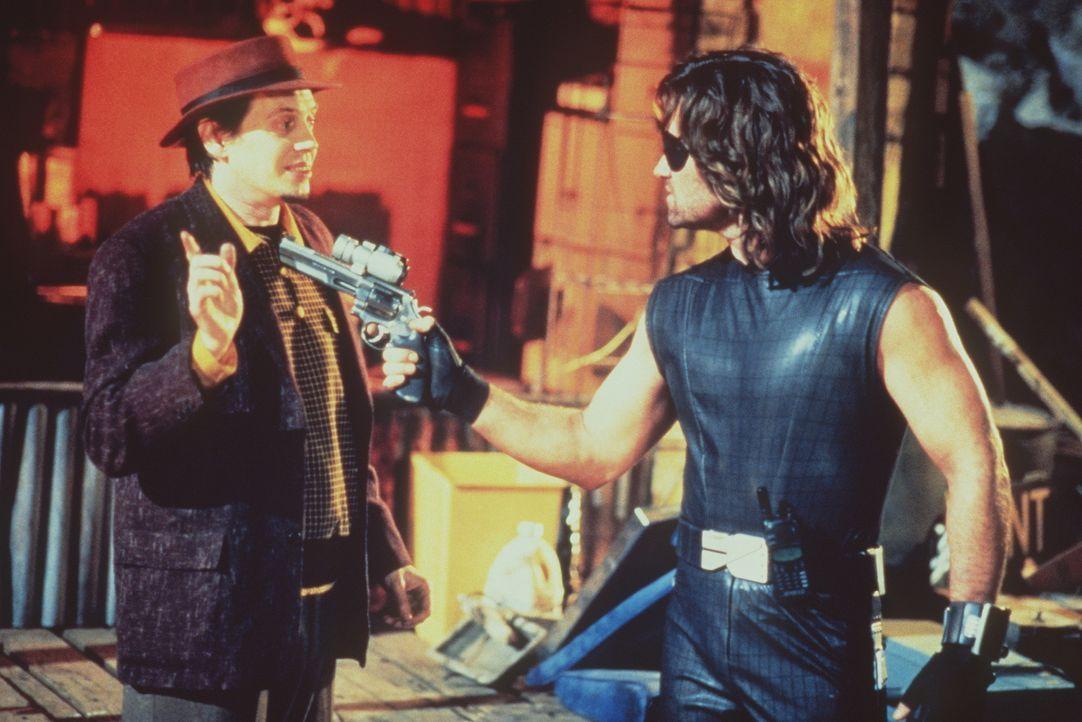 Immer wieder wird Snake (Kurt Russel,r.)  Hilfe angeboten - auch von Eddie (Steve Buscemi,l.) ... - Bildquelle: Paramount Pictures