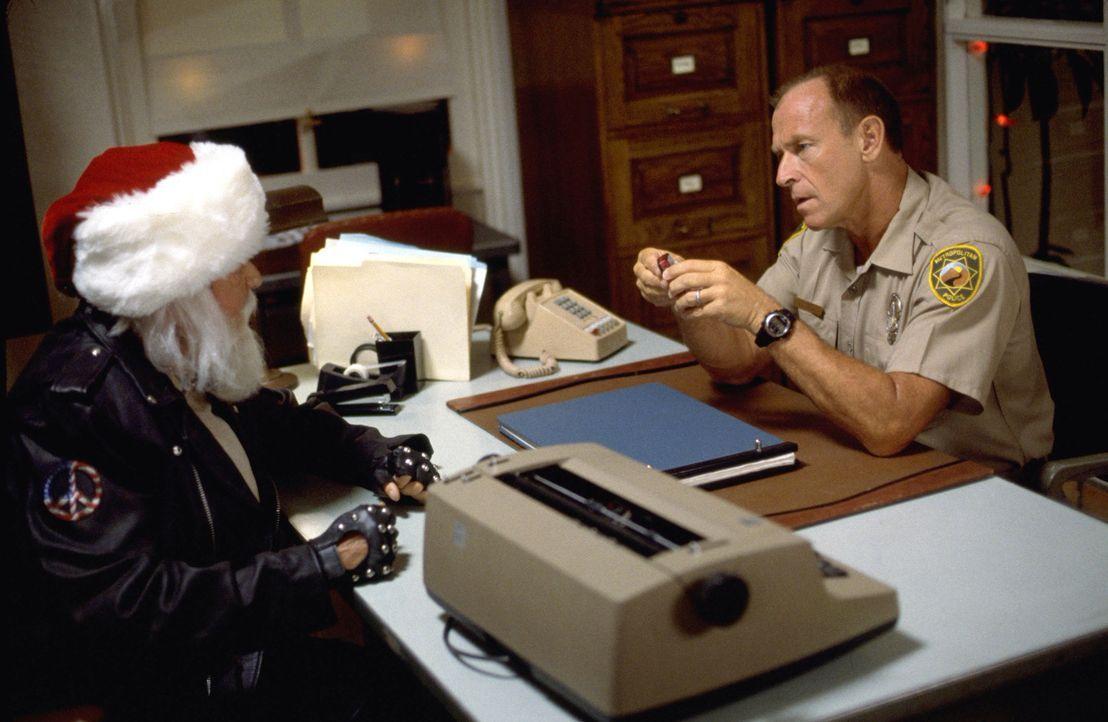 Als am Weihnachtsabend Chief Tom Spivak (Corbin Bernsen, r.) einen Einbrecher festnimmt, behauptet dieser unnachgiebig, der Nikolaus (Dick Van Patte... - Bildquelle: Tag Entertainment