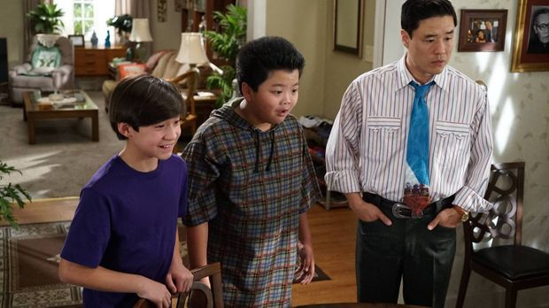 Während Louis (Randall Park, r.) und Eddie (Hudson Yang, M.) Emery (Forrest W...