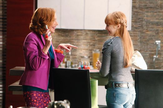 Castle - Alexis (Molly C. Quinn, r.) und Martha (Susan Sullivan, l.) bereiten...