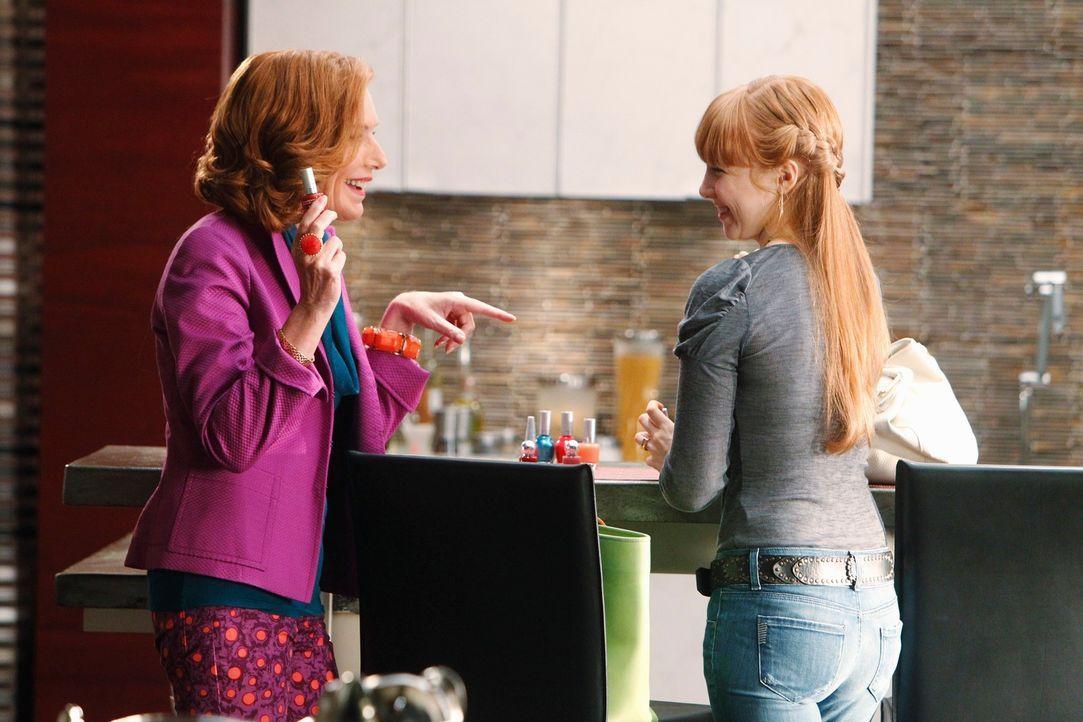 Alexis (Molly C. Quinn, r.) und Martha (Susan Sullivan, l.) bereiten sich auf ihren bevorstehenden Wellness-Tag vor. - Bildquelle: 2010 American Broadcasting Companies, Inc. All rights reserved.