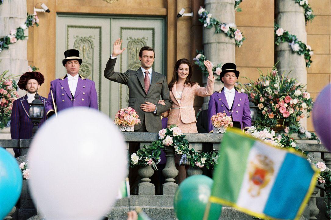 Bedingung für die Thronnachfolge ist Mias (Anne Hathaway, 2.v.r.) Verheiratung. Flugs wird nach einem potenziellen Ehegatten für die junge Prinzes... - Bildquelle: Disney Enterprises, Inc. All rights reserved