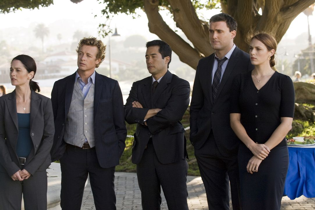 Müssen den Mord an dem reichen Investmentbanker Jason Sands aufklären: Teresa Lisbon (Robin Tunney, l.), Patrick Jane (Simon Baker, 2.v.l.), Kimball... - Bildquelle: Warner Bros. Television
