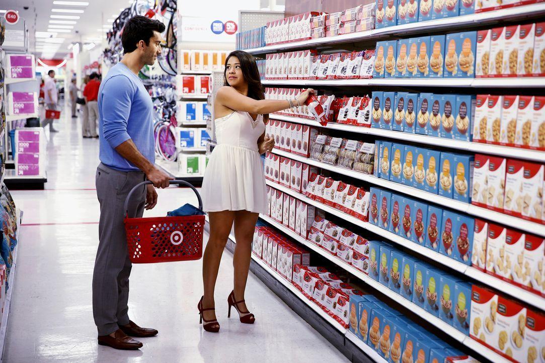 Die Situation, dass sie Eltern werden, ist für Jane (Gina Rodriguez, r.) und Rafael (Justin Baldoni, l.) nicht wirklich einfach ... - Bildquelle: 2014 The CW Network, LLC. All rights reserved.