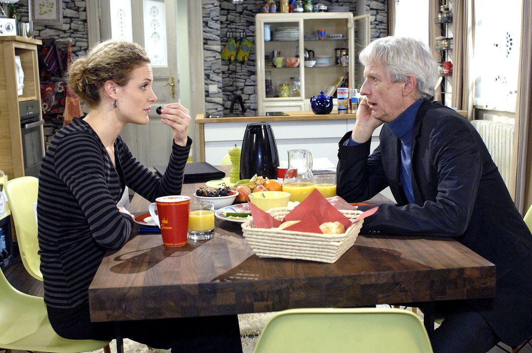 Als Robert (Mathieu Carrière, r.) von Majas (Barbara Lanz, l.) Arztbesuch erfährt, bittet er sie besorgt, sich zu schonen. - Bildquelle: Oliver Ziebe Sat.1