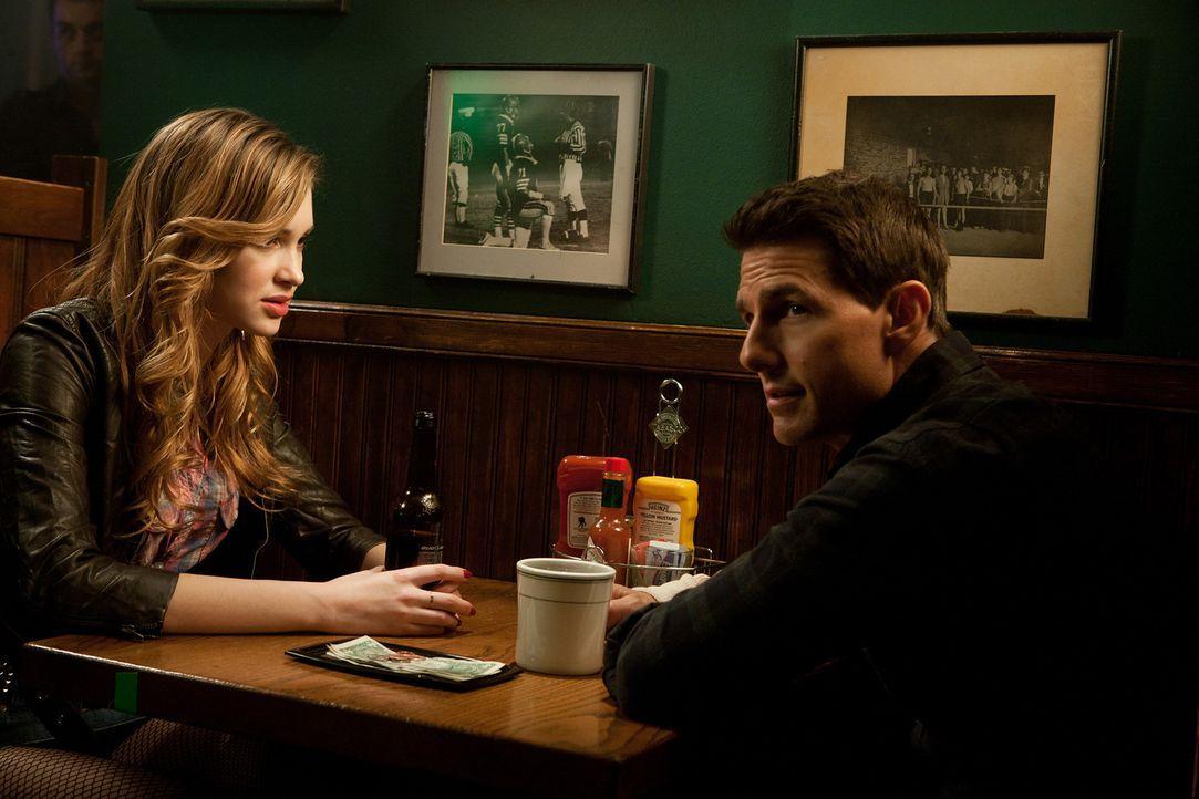 Unglücklicherweise lässt sich Sandy (Alexia Fast, l.) darauf ein, Jack Reacher (Tom Cruise, r.) immer wieder misszuverstehen. Mit tödlichen Folgen .... - Bildquelle: Karen Ballard MMXII Paramount Pictures Corporation. All Rights Reserved.
