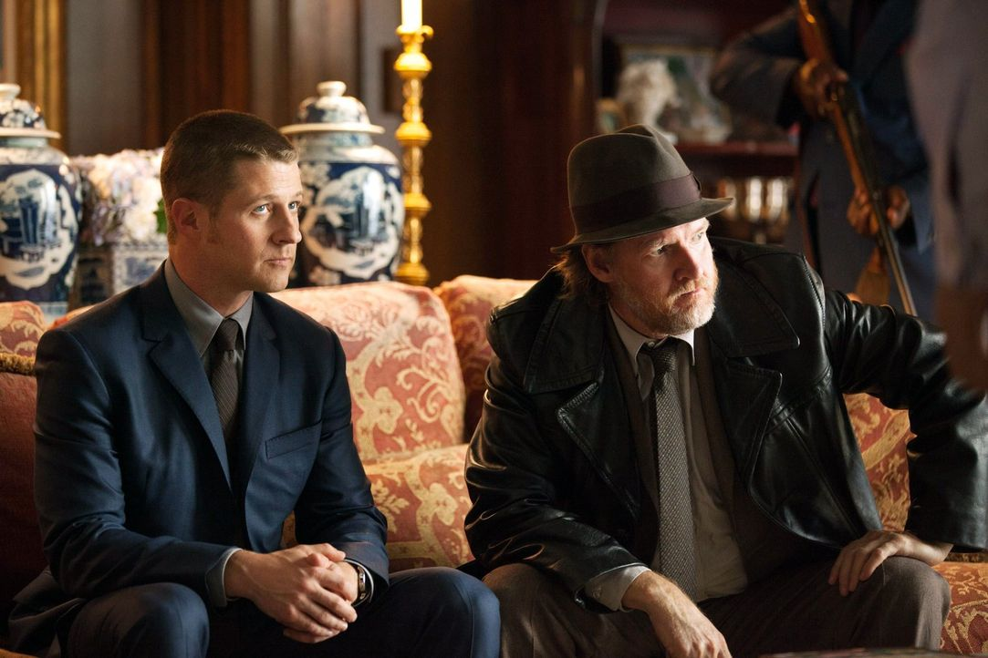 Kämpfen weiter gegen das Böse in Gotham: James Gordon (Ben McKenzie, l.) und Harvey Bullock (Donal Logue, r.) ... - Bildquelle: Warner Bros. Entertainment, Inc.