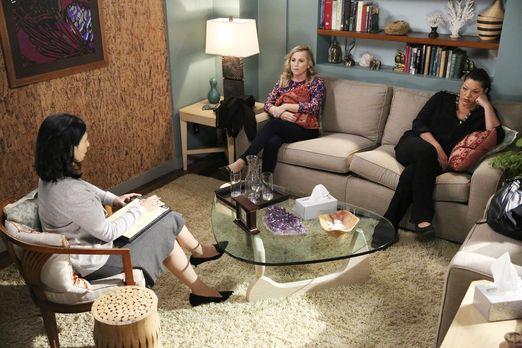 Grey's Anatomy - Die Therapeutin Dr. Dawson (Rose Abdoo, l.) empfiehlt 30 Tag...