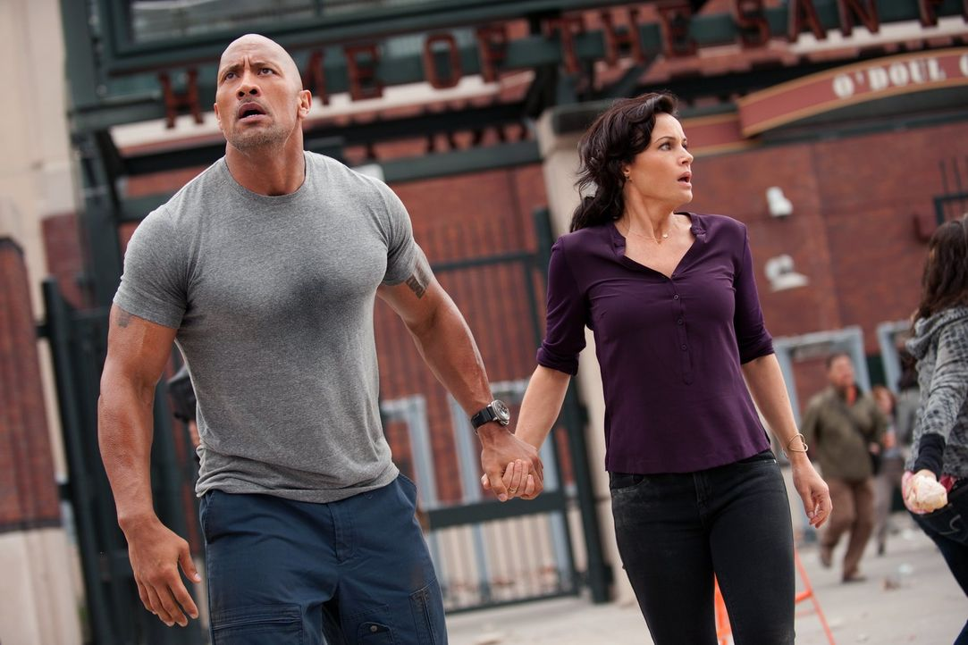 Als ein starkes Erdbeben in Los Angeles nahezu alle Gebäude zerstört, wird Ray Gaines (Dwayne Johnson, l.) als Rettungsflieger in das Katastrophenge... - Bildquelle: 2014 Warner Bros. Entertainment Inc.