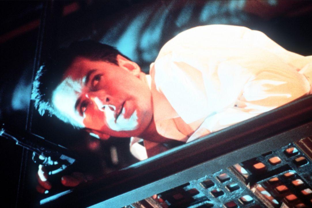 """CIA-Agent Jack Ryan (Alec Baldwin) gelingt es, an Bord des russischen Atom-U-Bootes zu kommen. Doch auch die Sowjets haben sich an die Fersen von """"R... - Bildquelle: Paramount Pictures"""