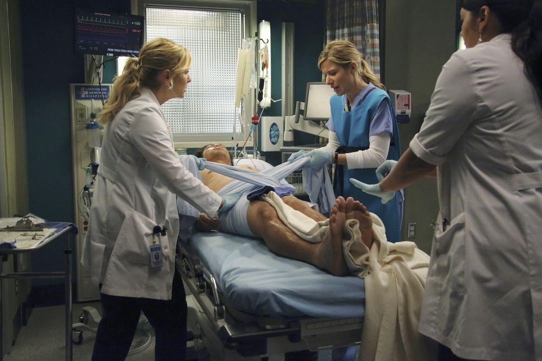 Nach einem heftigen Streit weigert sich Callie (Sara Ramirez, r.), gemeinsam mit Arizona (Jessica Capshaw, l.) zu operieren. Schließlich werden die... - Bildquelle: ABC Studios