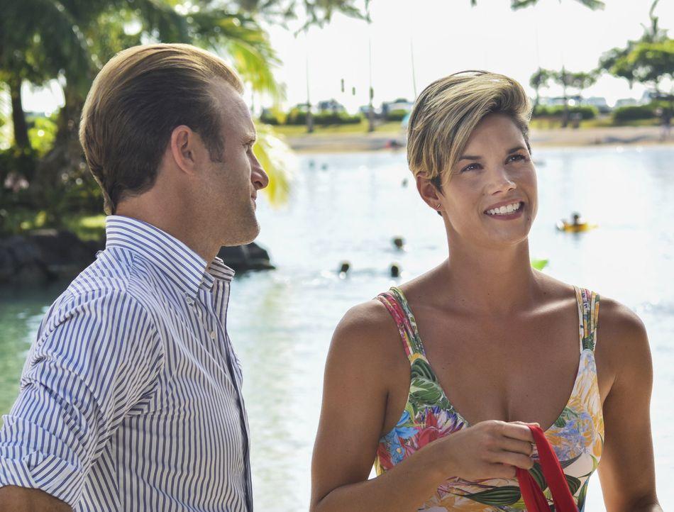 Danny (Alex O'Loughlin, l.) erhält Besuch von seiner Schwester Bridget (Missy Peregrym, r.), die wegen einer Konferenz zu Gast in Oahu ist ... - Bildquelle: Norman Shapiro 2016 CBS Broadcasting, Inc. All Rights Reserved