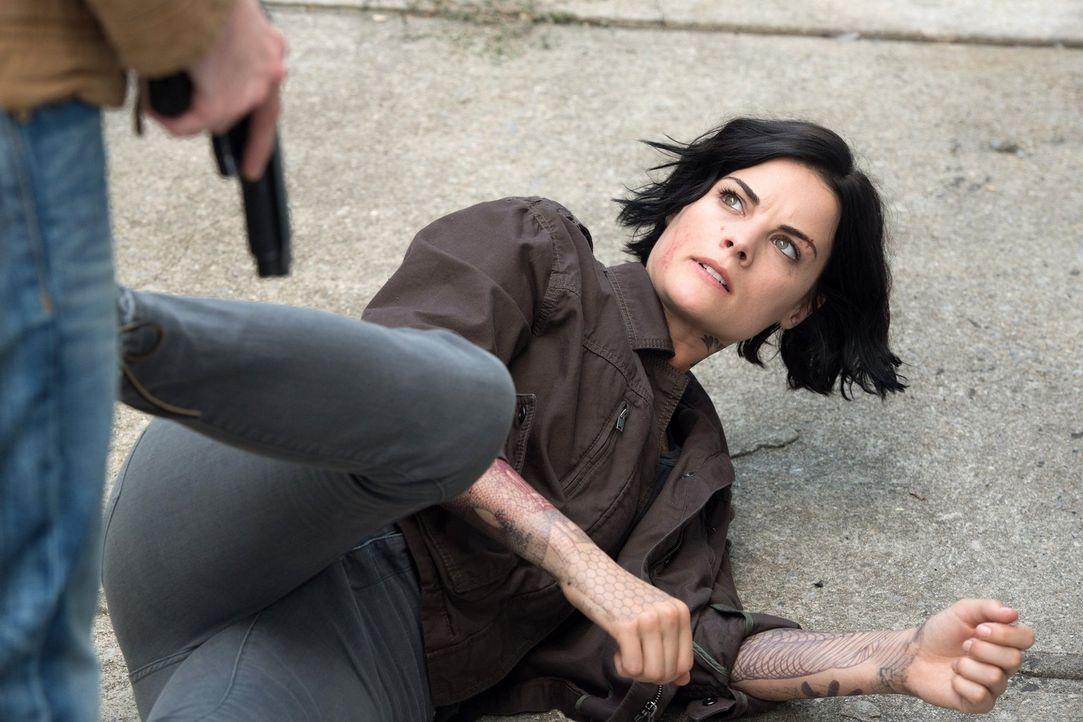 Kann Jane (Jaimie Alexander) den Leuten vom FBI vertrauen, oder spielt jemand ein falsches Spiel mit ihr? - Bildquelle: Warner Brothers