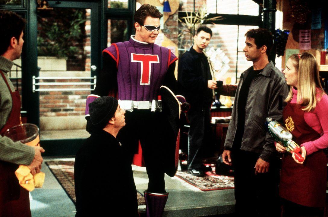 Sabrina (Melissa Joan Hart, r.) hat Harvey (Nate Richert, M.) aus Versehen in den Helden seiner Kindheit verwandelt ... - Bildquelle: Paramount Pictures