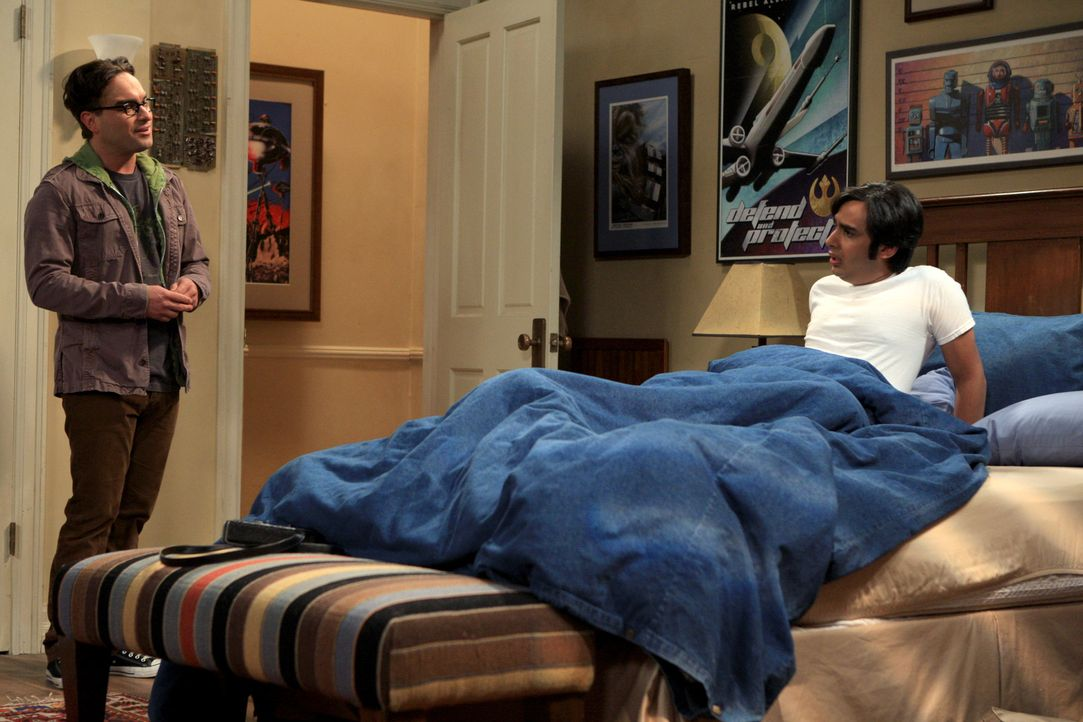 Raj (Kunal Nayyar, r.) ist genervt von dem nächtlichen Lautstärkepegel, den Leonard (Johnny Galecki, l.) und Priya verursachen. Leonard bietet ihm a... - Bildquelle: Warner Bros. Television